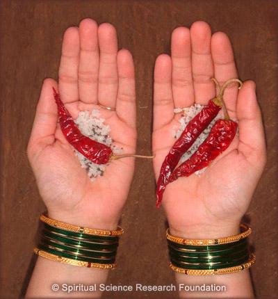 Ritual de sal, semillas de mostaza y chiles