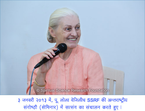 10-Hindi_p-lola-conducting-satsang