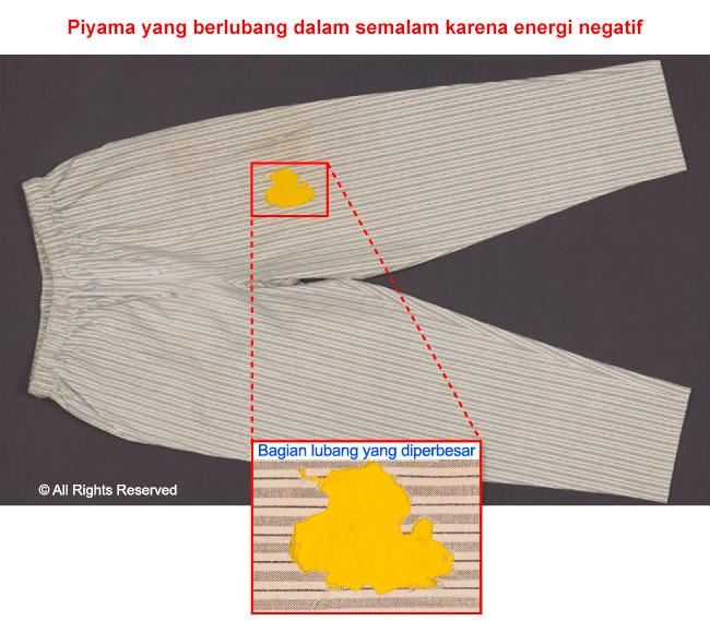 Studi kasus mengenai lubang yang muncul di pakaian secara spontan