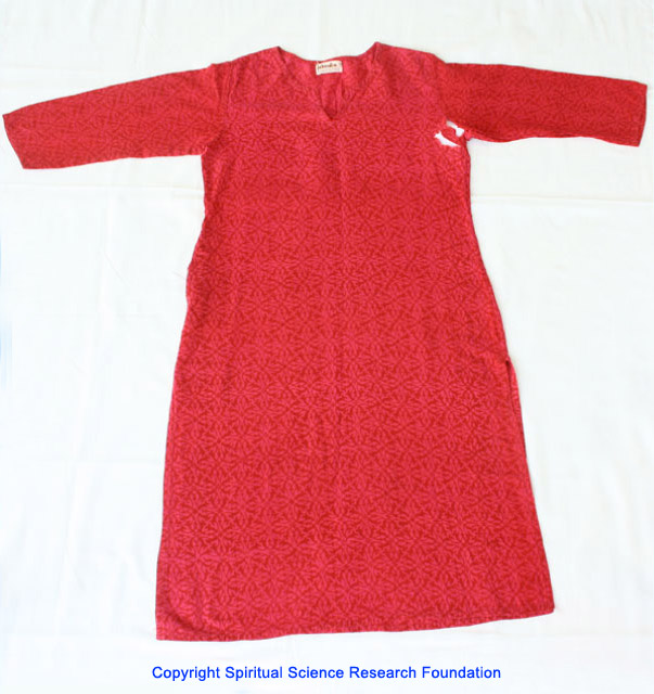 Ini adalah baju atasan kain bermotif bunga dari Nona Shweta Chaubey yang robek oleh energi negatif