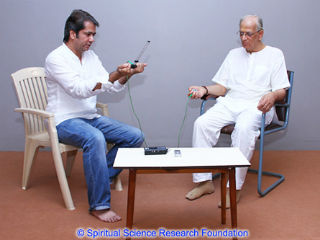 featured-Mayank-Barjatya-taking-a-read-of-His-Holiness-Dr-Athavale-with-the-Lecher-Antenna