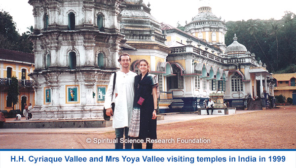 H.H. Cyriaque Vallee and Mrs Yoya Vallee visiting temples in India in 1999